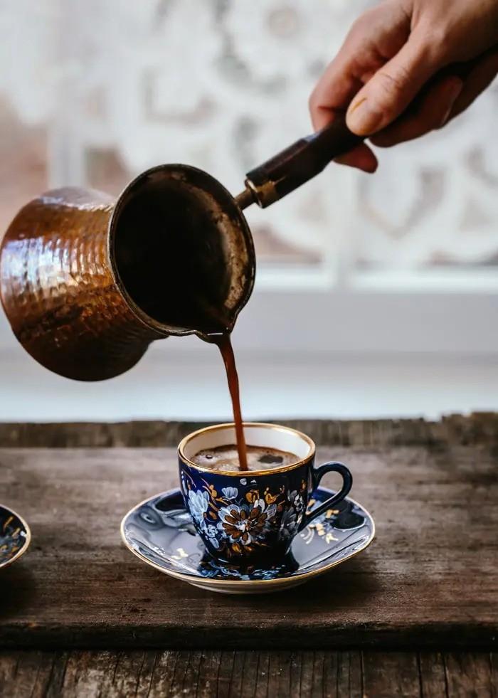 نحوه ریختن قهوه ترک در فنجان