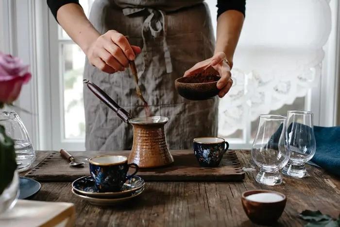 مرحله یک: افزون قهوه ترک به آب