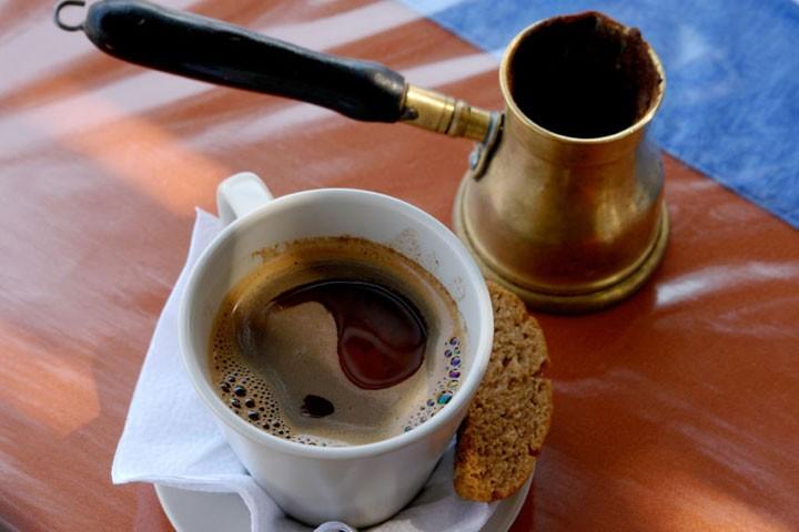 قهوه یونانی در فنجان قهوه یونانی
