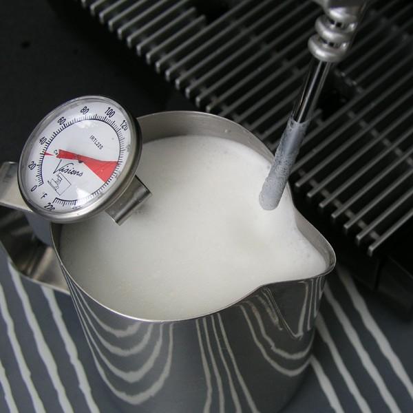تهیه فوم شیر با دستگاه اسپرسو
